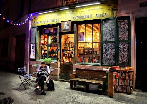 shakespeare-and-company-paris-night-outside