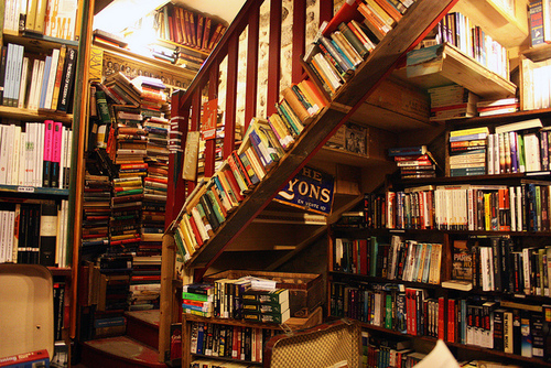 shakespeare-and-company-paris-stairs_readingaddicts