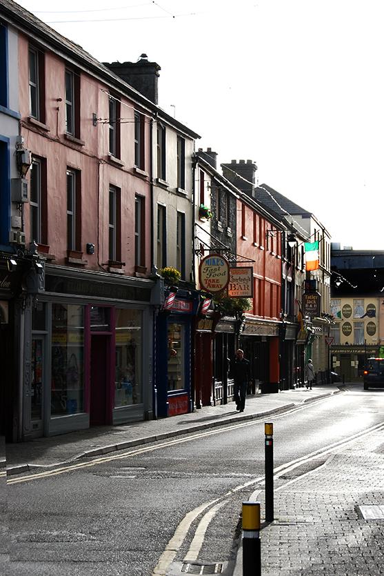 Killarney_street_at_dusk_Ireland